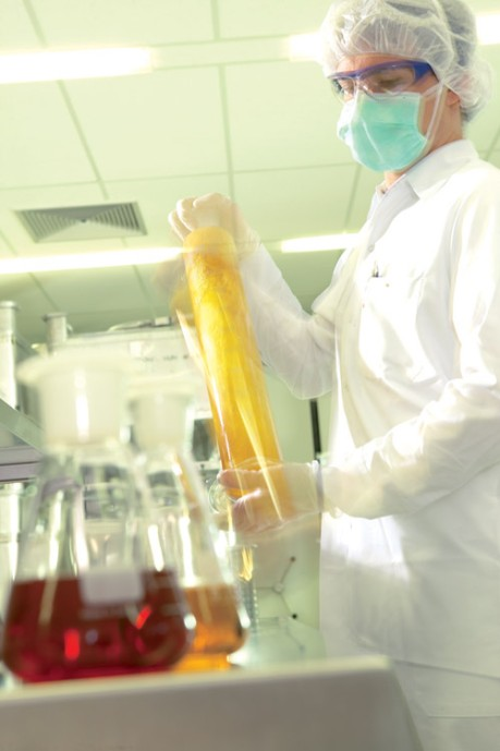 Heel Belgium_Contract Manufacturing - Skilled staff producing medicines